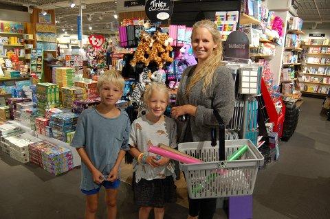 PÅ HANDLETUR: Lise Øverland Hjellnes og barna Ian og Erle kjøpte skolesaker hos Norli tirsdag.