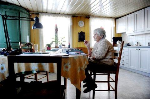 HJEMME: Forfatter Karin Bang Brynildsen elsket hjemmet sitt på Veierland. Her er hun fotografert på kjøkkenet med skrivemaskinen sin i 2011.