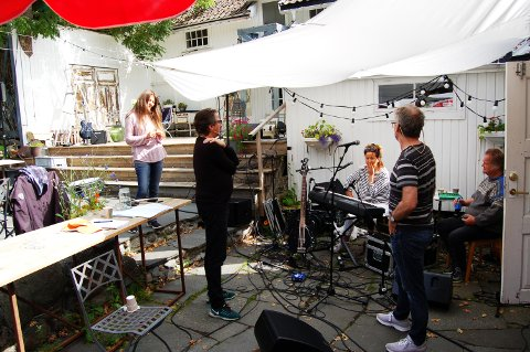 ØVER: Denne uken går med til de aller siste forberedelsene. Fra venstre: Claudia Scott, Espen Beranek Holm, Kruistin Skaare og Knut Reiersrud. Med ryggen til: regissør Torbjørn Morvik.