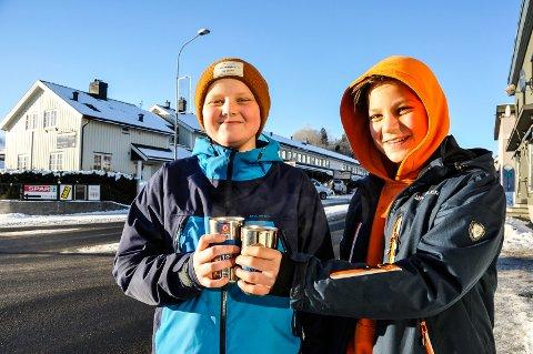 MÅ HA DET: 8.-klassingene Eirik Plassen og Jonas Forberg ved Bø ungdomsskole må ha minst en kopp kakao hver dag. Minst.