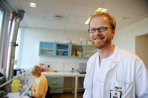 SJEKKER: Seksjonsoverlege Dagfinn Skaare på Mikrobiologisk avdeling ved SiV og hans medarbeidere har funnet mange tilfeller av influensa. Og han regner med at antallet vil øke i ukene framover.