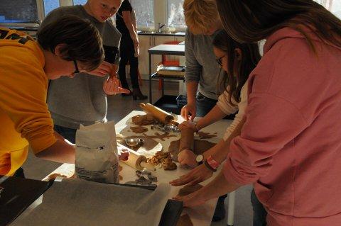 NÅR EN PEPPERKAKEBAKER: Sjuendeklassingene ved Eik skole fikk øve seg på å lage pepperkaker.