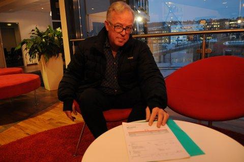 RASER MOT STRØM: Sindre Michael Vestre viser frem strømregningen hvor han føler seg lurt av Fjordkraft.