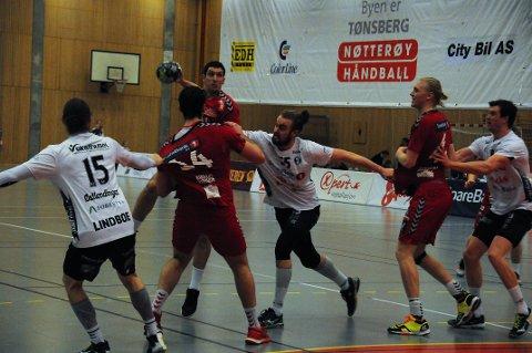 GODKJENT: Både laget og publikum så seg fornøyde med resultatet mot Elverum. Stillingen til slutt ble 25-29.