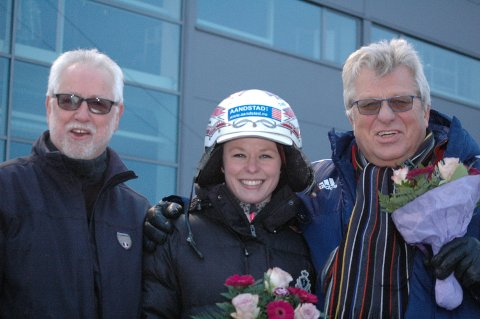 TRE FOR TRIO: Terje Hansen (fra venstre), Malene Berdalen og Lars Barth slapp jubelen løs på Jarlsbergs seremoniplass.