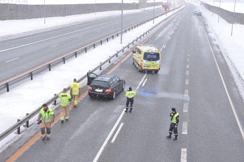 KOLLISJON: To biler skal være involvert i en trafikkulykke på E18. Det ble kjapt store køer på stedet.