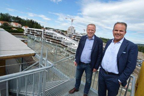 SKAL FYLLE GIGANTANLEGGET: OCCs arbeidende styreleder Roar Ingdal (til høyre) ønsker å trekke nye arrangementer til det store anlegget ved Vestfjorden. Her er han avbildet med Oslofjorden Property-sjef Åge Gangsø i fjor sommer.