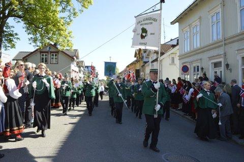 LANG DAG PÅ JOBB: Korps må til for riktig å løfte stemningen på 17. mai. Eik og Klokkeråsern skoleorkester marsjerer hele sju ganger nasjonaldagen. Her fra hovedtoget i Tønsberg i 2016.