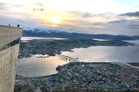Fra Fjellheisen i Tromsø kan man nyte majestetisk utsikt over Tromsø, Kvaløya og fjellene som omkranser byen. Fra 1. juni går heisen opp og ned fra fjellet helt til kl. 01.00 på natta.