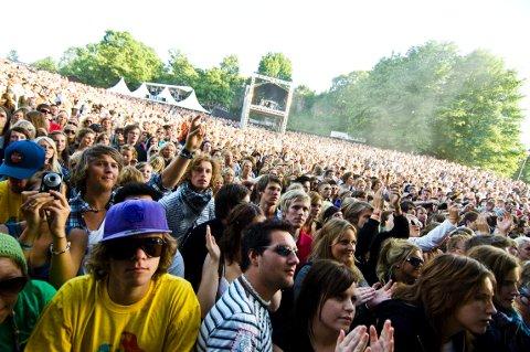 FÆRRE PÅ BESØK: Slottsfjellsfestivalen har alltid betydde endeløse publikumshav. I år blir det litt mer plass mellom publikummerne