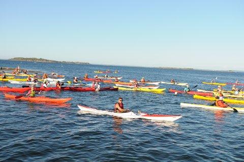 PADLERUSH: Svært mange benyttet seg av muligheten til å ta en første padletur etter åpningen av Padleled Vestfold på Fjærholmen.