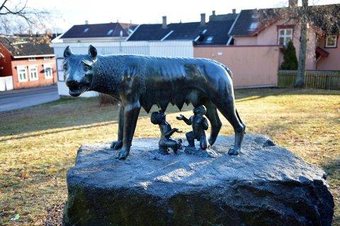 UTEKUNST: Den kjente skulpturen med Romas grunnleggere, Romulus og Remus som dier en ulvinne, er et eksempel på utsmykining i det offentlige rom. Skulpturen står i parken nedenfor Villa Møllebakken og er en av fire kopier av et verk fra romertiden.