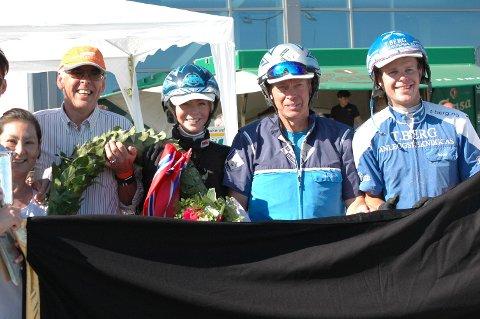 VINNERENE: Calinas eier og oppdretter Carl Gunnar Myhre (fra venstre), oppasser Helene Hamre, trener Frode Hamre og kusk Adrian Solberg Akselsen.
