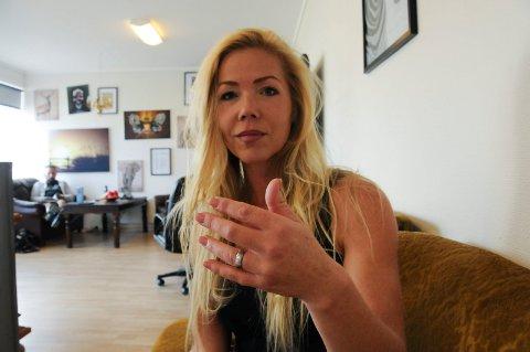 """""""AVOKADOFINGER"""": Helene Olsen fikk en såkalt """"avokadofinger"""" da hun skulle skjære ut steinen og fikk knivspissen mellom pekefinger og langfinger. Skaden førte til en fire timer lang operasjon. FOTO: VIGDIS HELLA"""