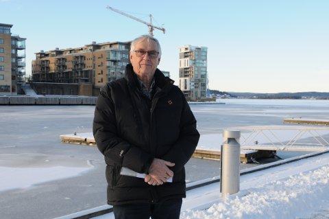 TENKER PÅ DE ELDRE: Knut Østbye sier at de eldre på Husvik må gå opptil en kilometer som følger av ruteendringen fra VKT.