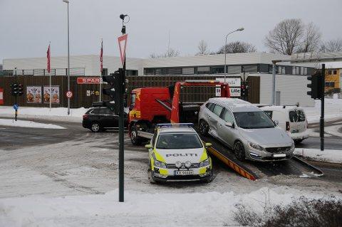 ULYKKE: Politi og ambulase var raskt på pletten da det skjedde et trafikkuhell på Ringeveien i formiddag.