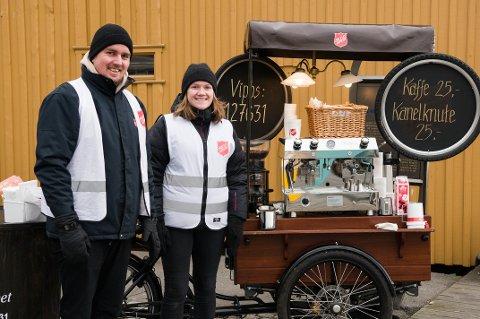 GODT OPPMØTE: Geir Olav Nybo og Maria Paulsrud kunne fortelle at det var mange som valgte å stoppe innom Skaperverkets kafé på hjul torsdag morgen.