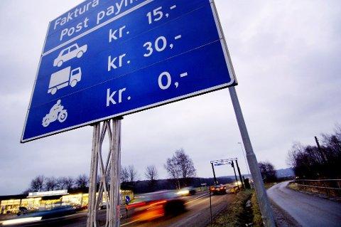 En ny rapport fra Transportøkonomisk institutt foreslår å fjerne bom- og bilavgifter til fordel for et nytt system for veiprising.