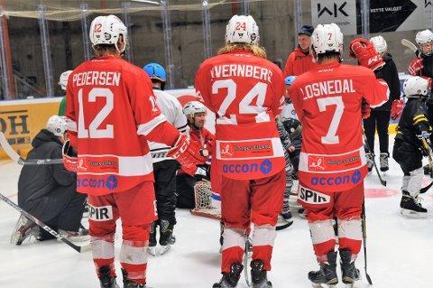 EKSPERTHJELP: A-lagsspillerne, her representert ved Jens Pedersen, Håkon Kvernberg og Daniel Losnedal, stiller opp for de alle minste i klubben.