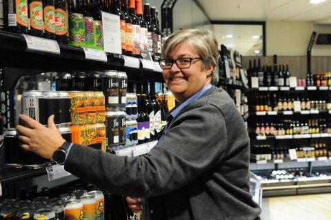 """ÉN AV FÅ: Vinmonopolet i Tønsberg er et av totalt 17 pol som er med i testordningen """"Klikk og hent"""". Butikksjef Tone Weum Elnan er svært fornøyd med at de ble plukket ut."""