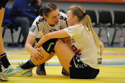 MÅ VENTE: Mari Finstad Bergum (t.h.) og Elise Vedeler skulle spilt mot Molde søndag. Den kampen er nå avlyst. Det er usikkert når toppidretten igjen får spille kamper.
