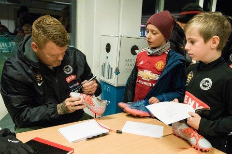 AUTOGRAF: Flint-spiller Jonathan Ottogeisler (t.h.) er Liverpool-fan og fikk fotballskoene sine signert av tidligere Liverpool-spiller og nå Flints nye hovedtrener, John Arne Riise.