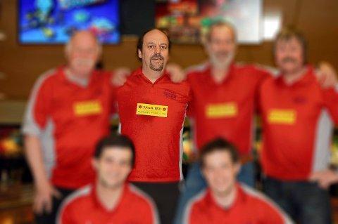 IVRIG BOWLER: Svein Henriksen liker å bowle. – Det er en av få gleder jeg har igjen, sier han. Her sammen med sine bowlingkamerater på Vallø.