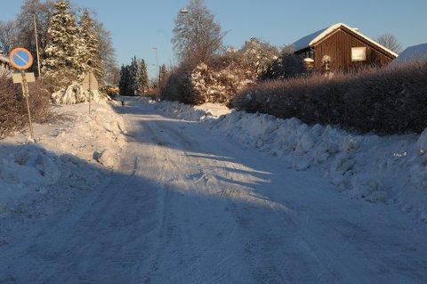 SMAL VEIBANE: Høye brøytekanter og smalere veibane er realiteten mange steder i Færder, som her på Teie.