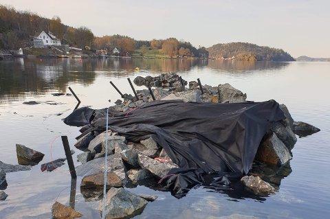 SKAL RYDDES OPP: Kommunen kommer til å pålegge å rydde vekk materialer, som er brukt til sprengningen. Men hva som skal skje med steinmassene er foreløpig ikke avklart.
