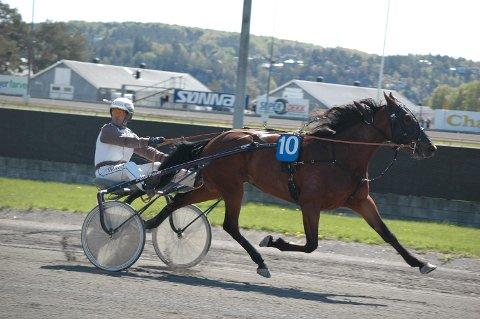 IMPONERER: Aida Mae tok karrierens niende seier. Hoppa har en seiersprosent på rundt 35. Eirik Høitomt kusket.