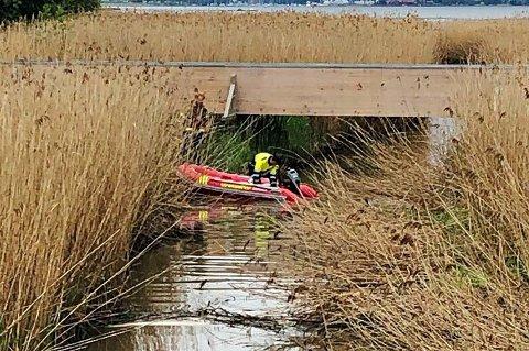 GUMMIBÅT: Her er brannvesenet i munningen av Vellebekken med gummibåt for å sjekke om forurensingen er stanset.
