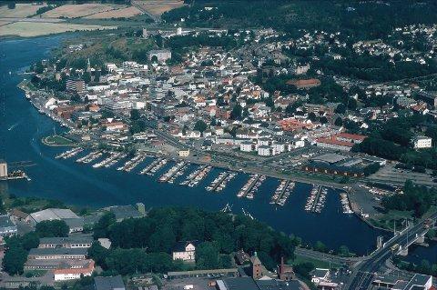 MYE HAR SKJEDD: Her er Tønsberg for 36 år siden, sommeren 1983. Roy Gabrielsen tok bildet fra et småfly over byen. Tønsbergs Blad brukte det på forsiden med tittelen «Tønsberg, verdens minste storby».
