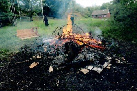 ULOVLIG: Det var dette bålet på Lindholmen tjenestemenn fra Kystvakten reagerte på.