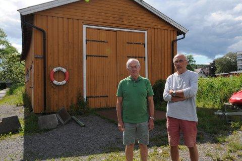 KAN RIVES: Thorleif Høyer og Per Annar Andersen frykter at det gule båthuset som ligger delvis på Leca-tomten skal bli revet.
