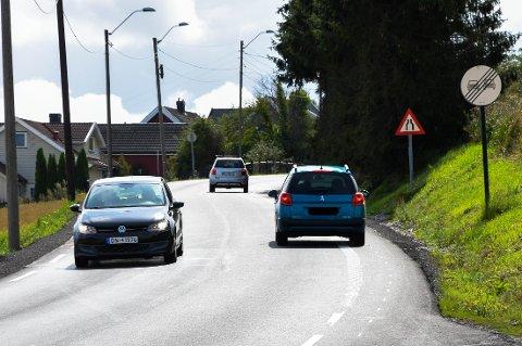 GOD PLASS: Dette bildet illustrerer problemet i Hogsnesbakken. Den blå bilen helt til høyre har rikelig med plass til å holde seg på rett side av den hvite rumlestripa, som skiller harde og mye trafikanter. I møtet med den svarte bilen velger likevel bilisten å legge seg godt ut i feltet som er beregnet for gående og syklende.
