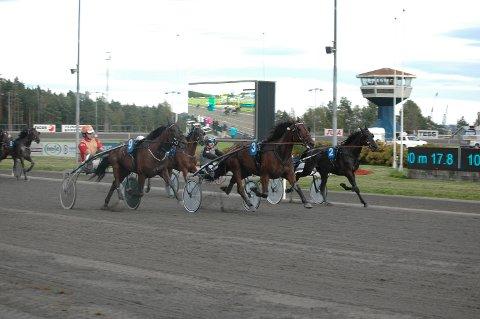 FORMSTALL: Marius Høitomt styrer stallhesten Turbo Lins (3) inn til seier i V65-2, Utvendig angriper Speedy Jetstar (9), som må ta til takke med sølvplass.