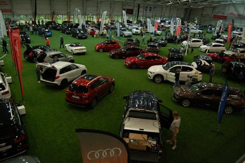 NYLANSERINGER: Bildet er fra fjorårets bilmesse. I år blir det flere nylanseringer i Vestfoldhallen.