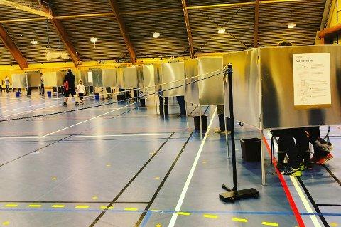 TOMT: Tre velger opplevde at det var tomt for Høyre-stemmesedler da de skulle stemme, blant annet her i Slagenhallen.