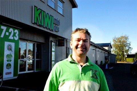 FULLT HUS: Kenneth Eriksen, som driver Kiwi-butikken på Gauterød, fikk seg en overraskelse da han så hva som sto på 1881.