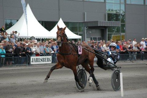 STORLØPSVINNER: Her vinner Christoffer Eriksson Jarlsbergs største løp, Ulf Thoresen Grand International i 2017, med hesten Twister Bi. Nå er trener og kusk Eriksson tatt for brudd på dopingbestemmelsene hjemme i Sverige.