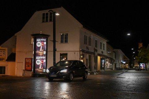 ULOVLIG: Igjen valgte en rekke bilister å kjøre over Torvet på grunn av stengt Nedre Langgate. Bilkjøring er ikke tillatt her.