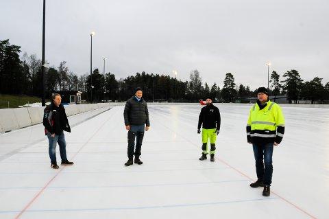 FRITT FRAM! Nå er det bare å finne fram skøytene. Isen på Maier Arena er tipp topp og klar for storinnrykk. Fra venstre Vidar Berge (fra Vibe-service), og Anders Nygaard, Morten Olsen og Oddbjørn Myhren fra Tønsberg kommune.