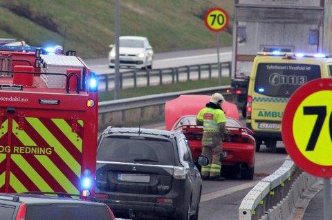 ULYKKE: En bil og en lastebil var involvert i ulykken.