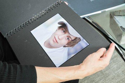DANIEL SOM UNG: Ewa Ernstsen viser et bilde av sønnen Daniel Ernstsen slik han så ut i tenårene da han bodde i Skien og besøkte Tønsberg.