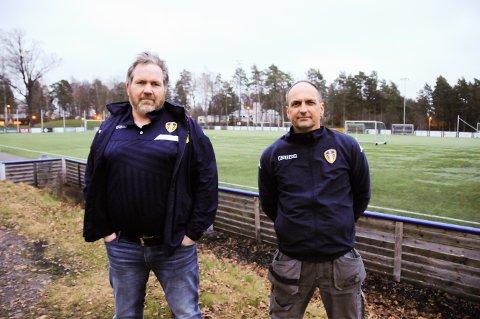 FØRJULSGAVE: Bjørn Egil Jordhøy (t.v.) og Terje Dahl i Leeds-supporterklubb i Tønsberg har en hyggelig overraskelse til jentelag i FK Eik og Flint.