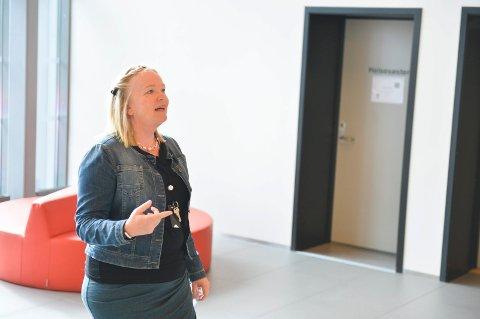 Rektor Mette Krogh deler ut bøker ved Ringshaug ungdomsskole. Foto: Harald Strømnæs