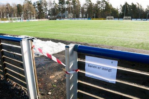 NÅR OG FOR HVEM? Fotballklubbene vurderer på hvilken måte de kan åpne anleggene sine for aktivitet igjen. Her fra Eiks øvre kunstgressbane.