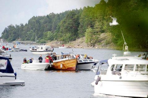 BÅTFEST: Dette er et vanlig syn sankthansaften i Bjerkøysundet, bildet er tatt i 2012. I år kan tilsvarende motiv fotograferes nasjonaldagen.