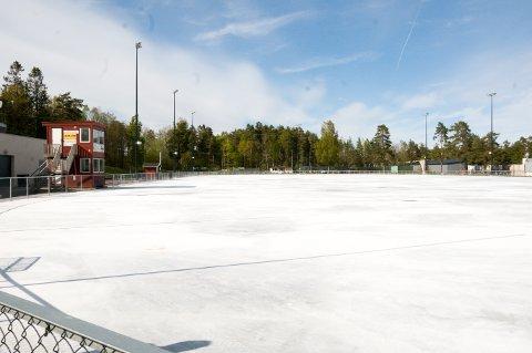 SOMMERAKTIVITETER: Planen er å bruke Maier Arena til flere ulike sommeridretter, men først må det hvite støvet fjernes fra betongdekket.