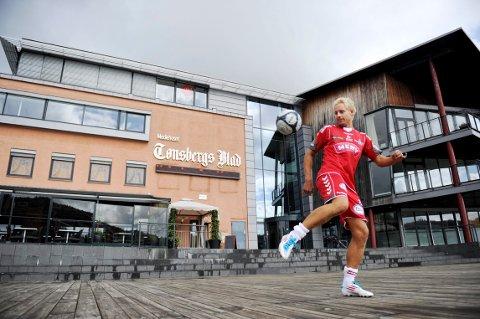 TIDENES MÅLSCORER: Reidar Lindqvist er en av de største stjernene i lokalfotballen i Tønsberg de siste årene. Dette bildet er tatt i 2011, da Lindqvist tok en pause fra jobben som sportsleder i Tønsbergs Blad for å bidra for FK Tønsberg.